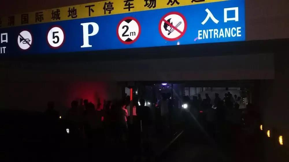 抗议物业强收高额停车费.jpg