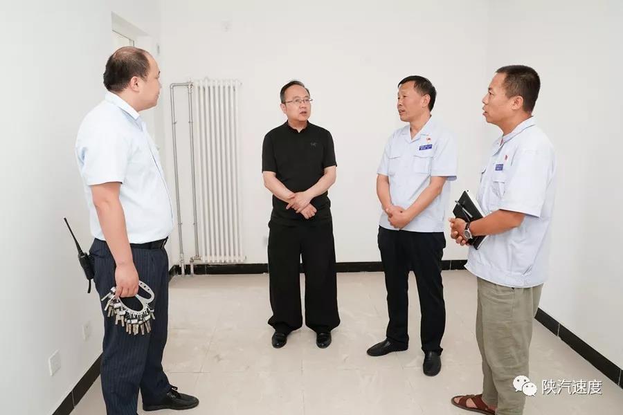 公司领导到公租房和单身公寓实地查看员工住宿情况
